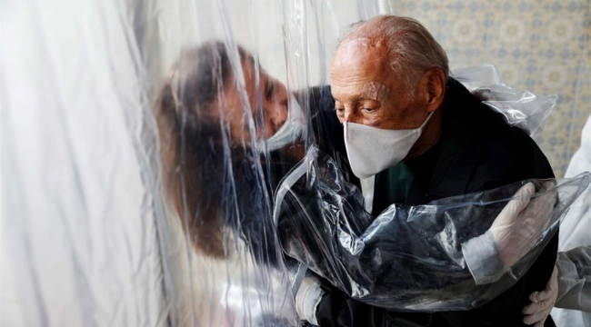 """İtalya'da koronavirüs tedbirli """"sarılma odaları"""" kuruldu"""