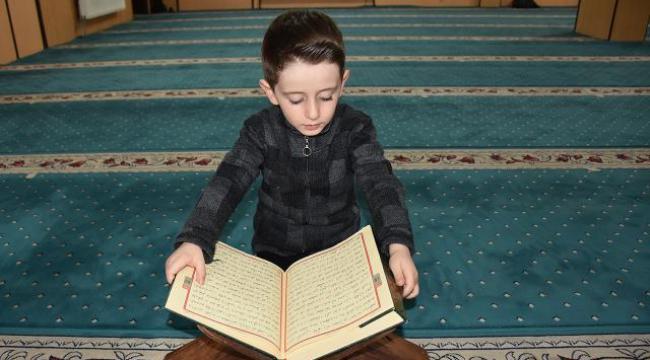 4 yaşındaki Abdulselam Kuran-ı Kerim'i hatmetti