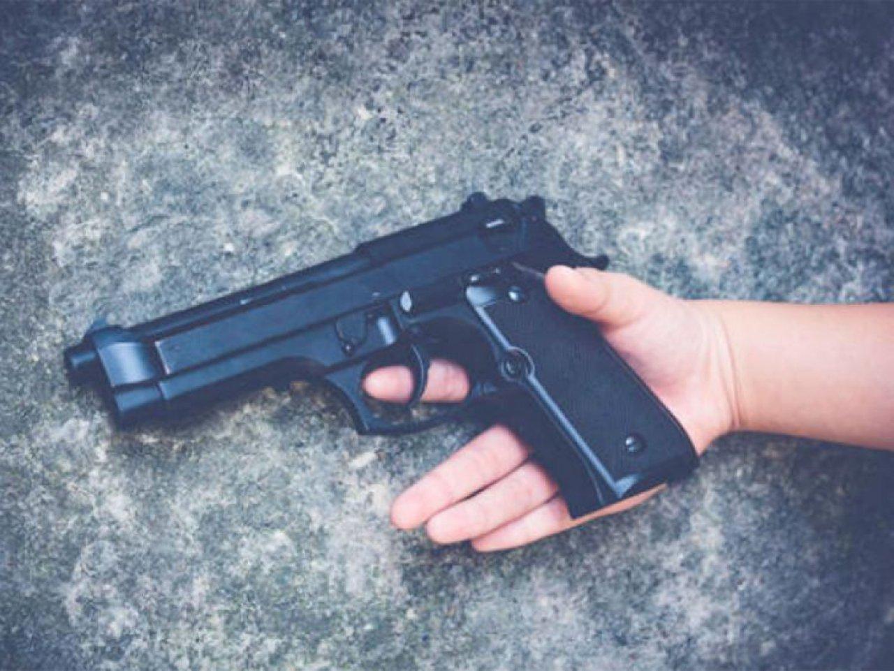 Pakistan'da bir kişi video çekmeye çalışırken silahla kendisini vurdu