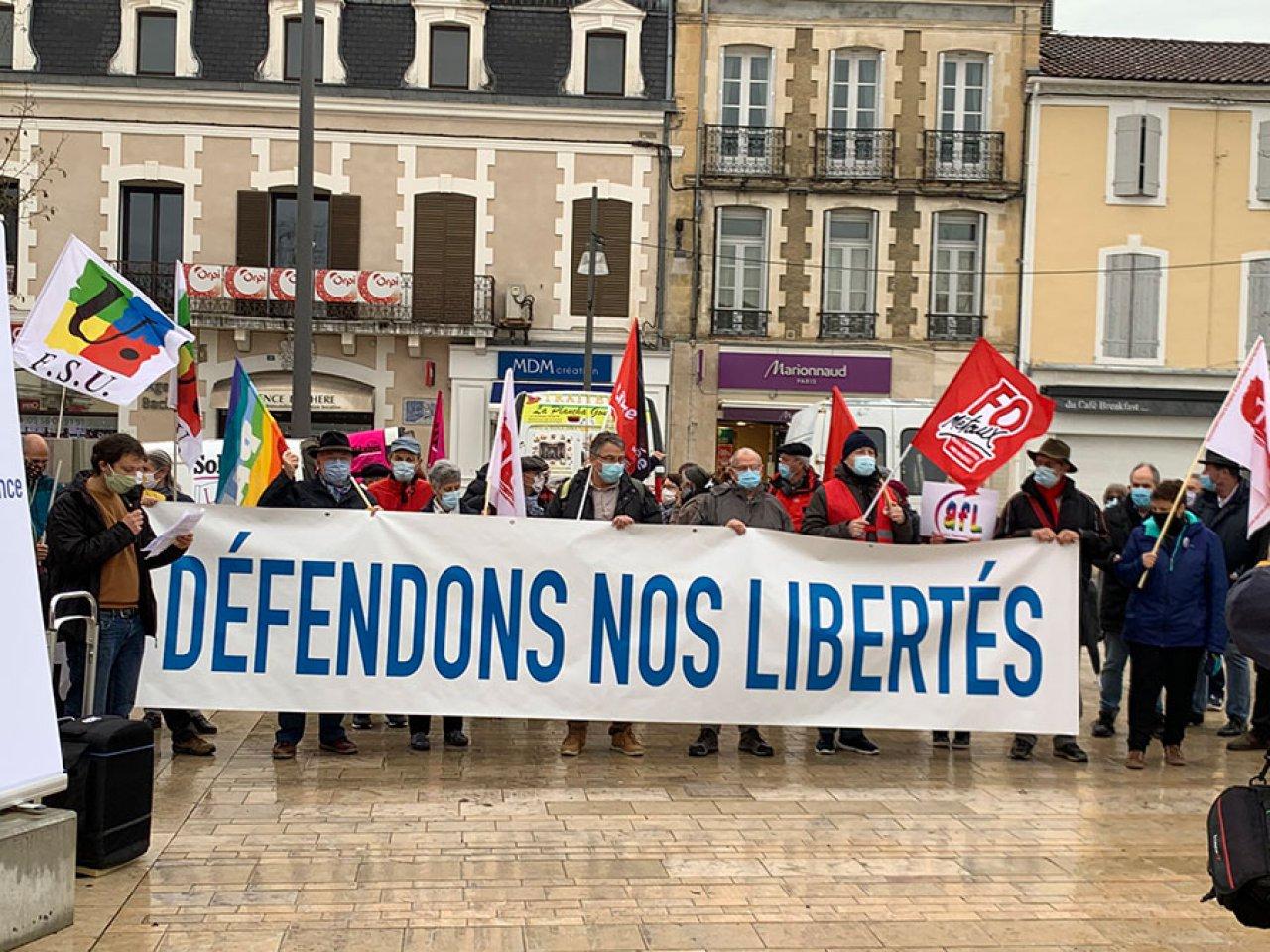 Fransa'da protesto için toplanan sığınmacılara, Sarı Yelekler'den destek